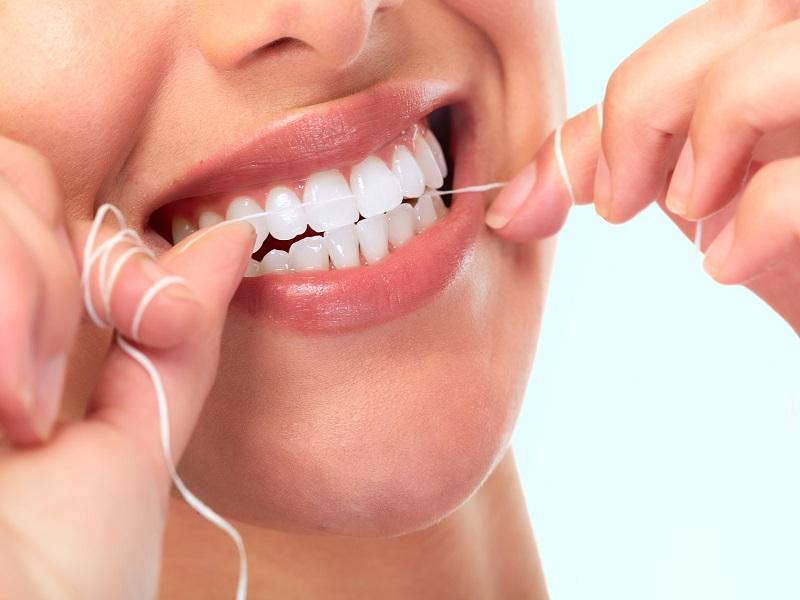 Dùng chỉ nha khoa làm sạch răng hiệu quả hơn
