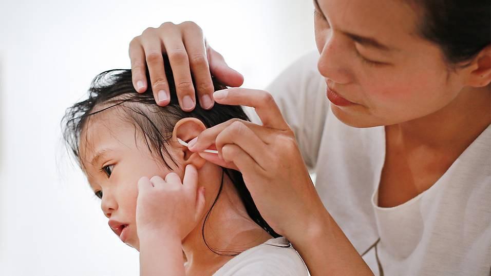 Bác sĩ chuyên khoa hướng dẫn cách lấy ráy tai cho bé không đau