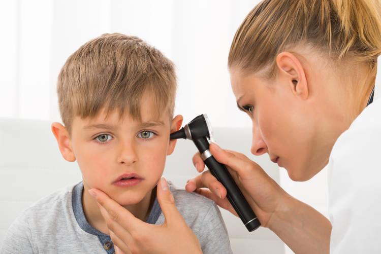Vệ sinh tai cho bé nên đến bác sĩ chuyên khoa